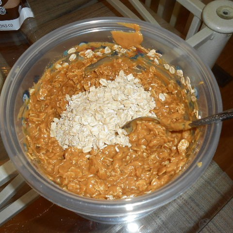 Mix the oats little by little until completely blended with the peanut butter mixture
